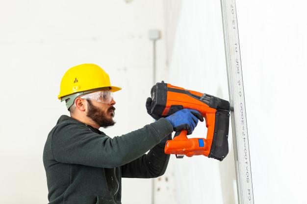 trabajador-construye-pared-pladur_87414-3772.jpg