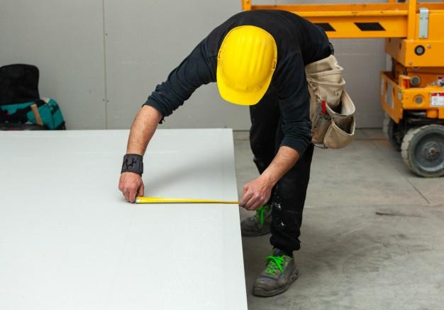 trabajador-construye-pared-pladur_87414-3783.jpg